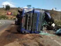 Bloco de granito desaba de veículo e rasga pista de rodovia em Colatina