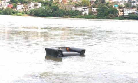 Sofá velho amanhece no meio do Rio Doce