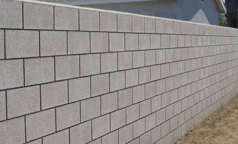 Meu vizinho quer me obrigar a construir um muro na divisa dos terrenos.