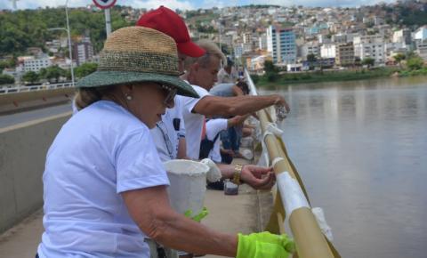 Voluntários voltam para terminar pintura do corrimão da ponte Florentino Avidos em Colatina