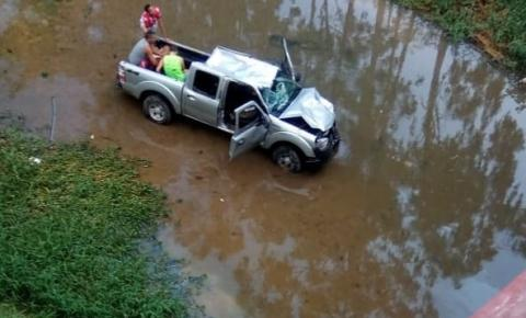 Carro capota na ponte e cai no Rio Santa Maria em Colatina