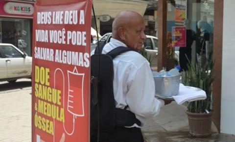 Ambulante faz campanha de doação de sangue enquanto trabalha de gravatinha borboleta