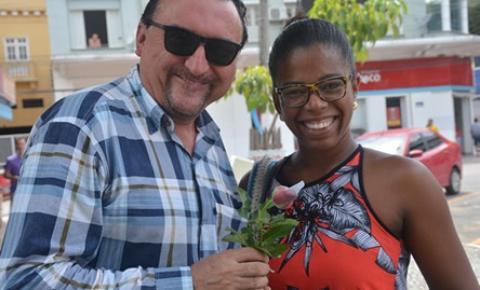 Falcão distribui 50 dúzias de rosas as mulheres colatinenses