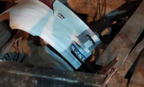Carro desgovernado cai no paredão atrás padaria em Colatina