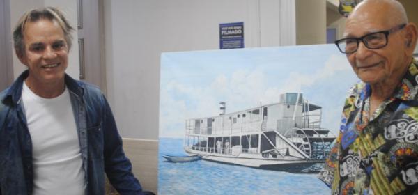 Marujo do Rio Doce presenteia prefeito com quadro do Vapor Juparanã